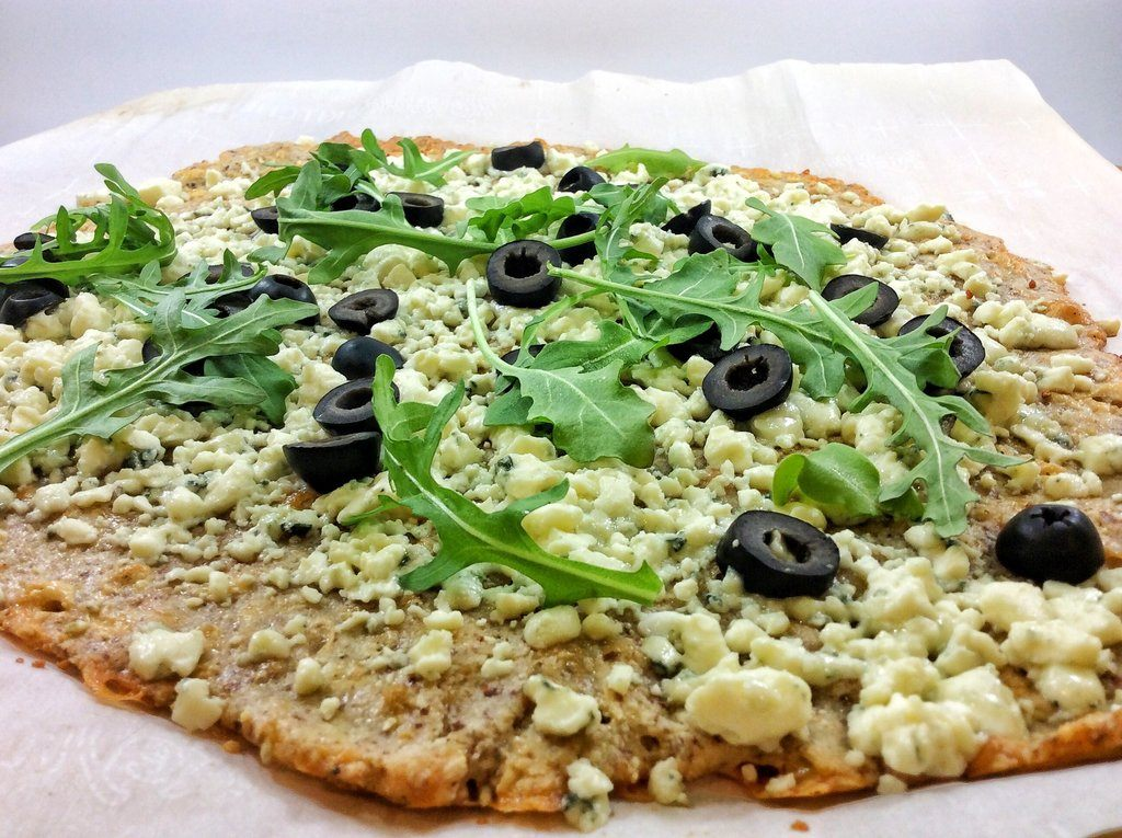 pizza with blue cheese and arugula - spinachcookie.com
